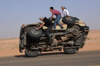 sidewall-skiing-car-saudi-arabia2
