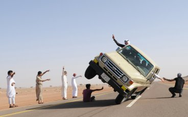 sidewall-skiing-car-saudi-arabia4