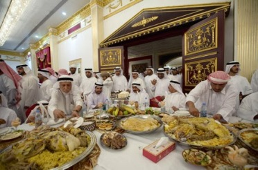 122-saudi-arabian-men-at-a-feast